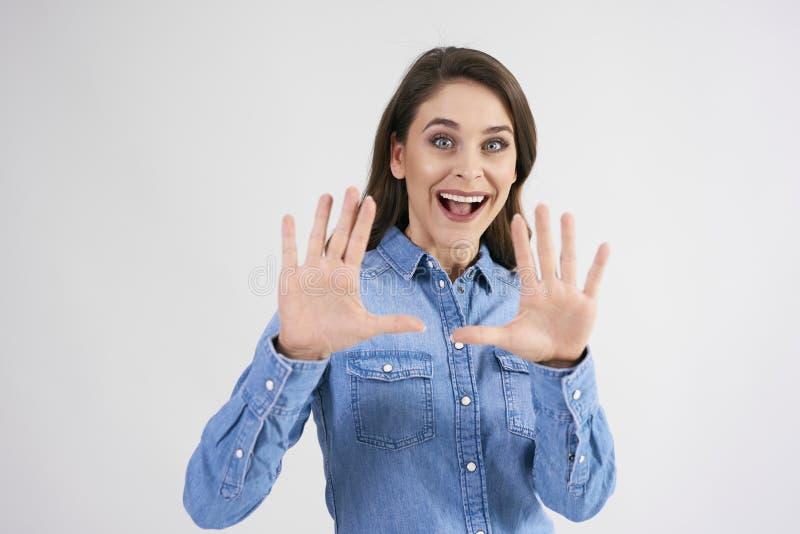 Weibliche Hände, die Zusammensetzung in der Atelieraufnahme gestalten stockbild