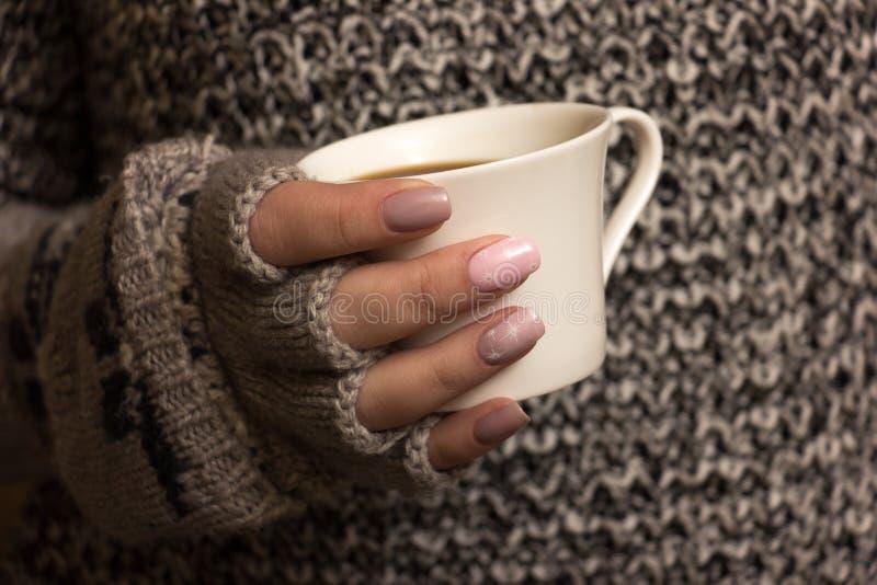 Weibliche Hände halten eine Kaffeetasse lizenzfreie stockbilder