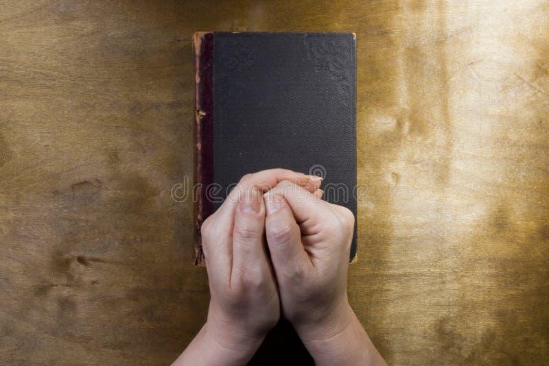 Weibliche Hände im Gebet lizenzfreies stockbild