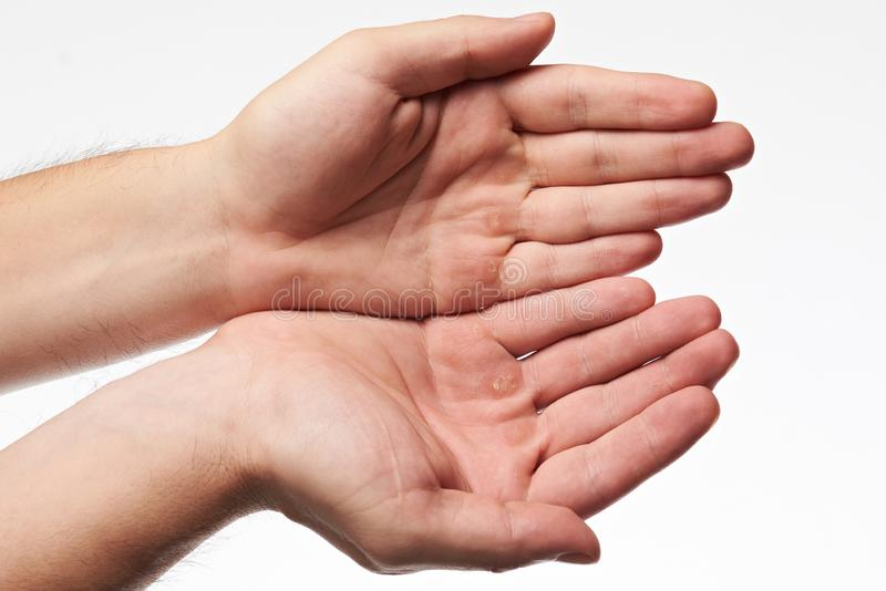 Weibliche Hände mit der Blase stockfotografie