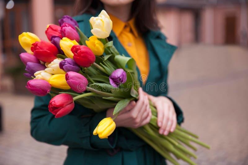 Weibliche Hände mit einem Blumenstrauß von Blumen stockbilder