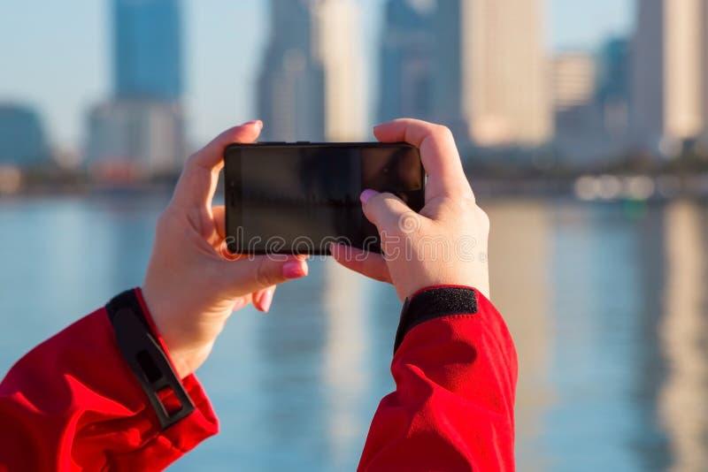 Weibliche Hände mit einer Telefonnahaufnahme Straßenfoto stockfotos