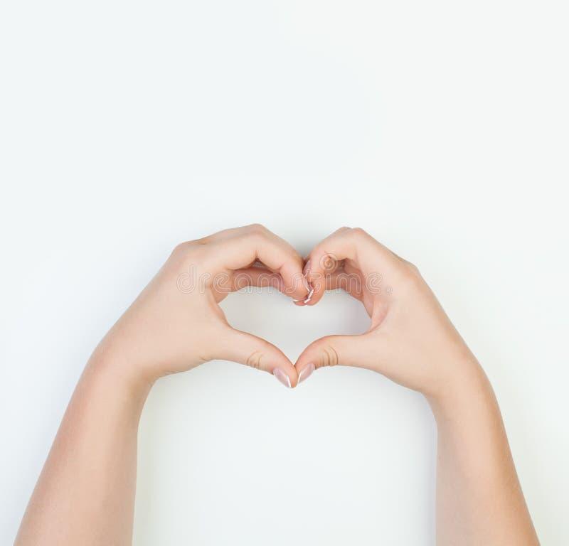 Weibliche Hände mit Herzen formen auf weißen Hintergrund lizenzfreie stockfotos