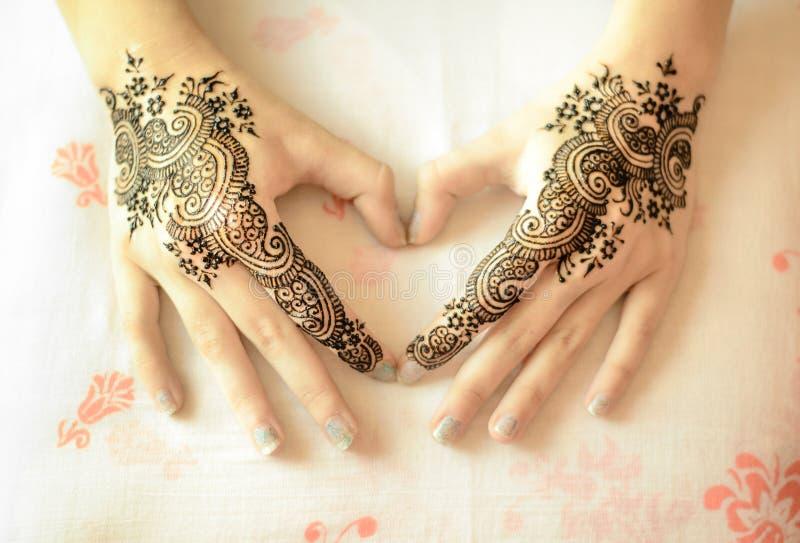 Weibliche Hände mit mehndi Dekoration im Herzen formen lizenzfreie stockfotografie