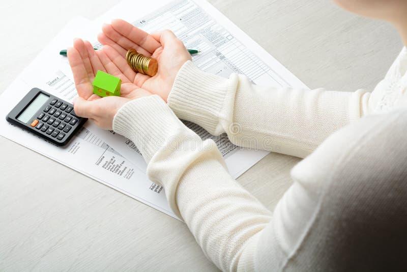 Weibliche Hände und Steuerformular lizenzfreies stockfoto