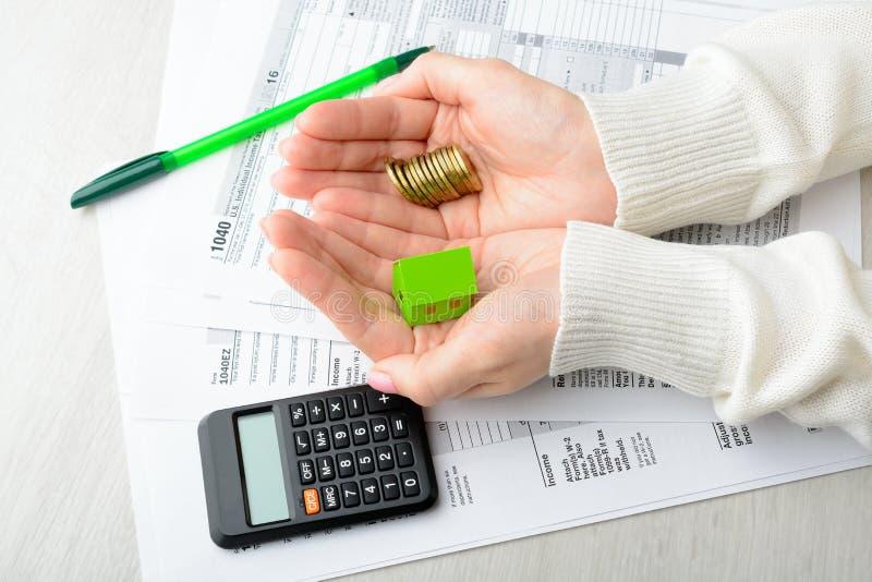 Weibliche Hände und Steuerformular lizenzfreie stockbilder