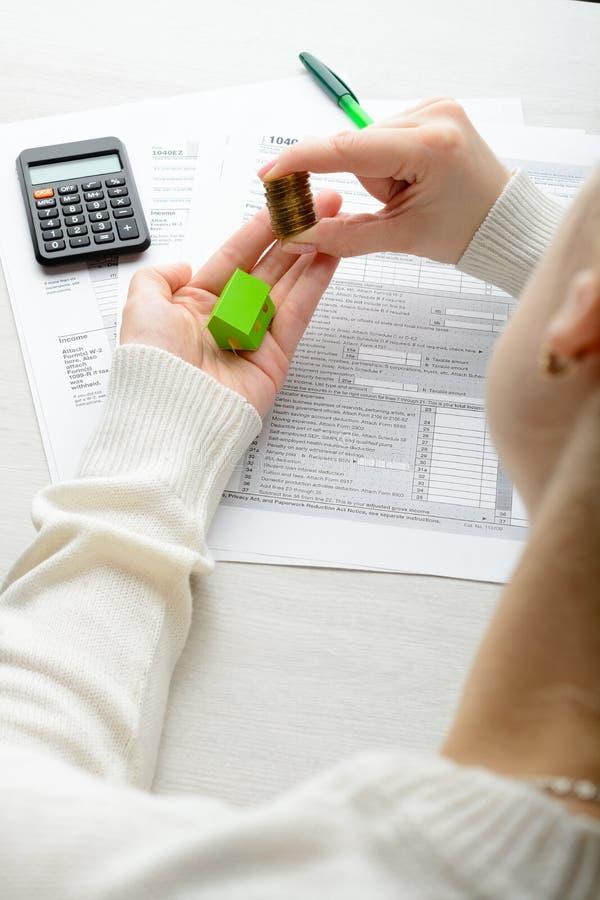 Weibliche Hände und Steuerformular lizenzfreie stockfotografie