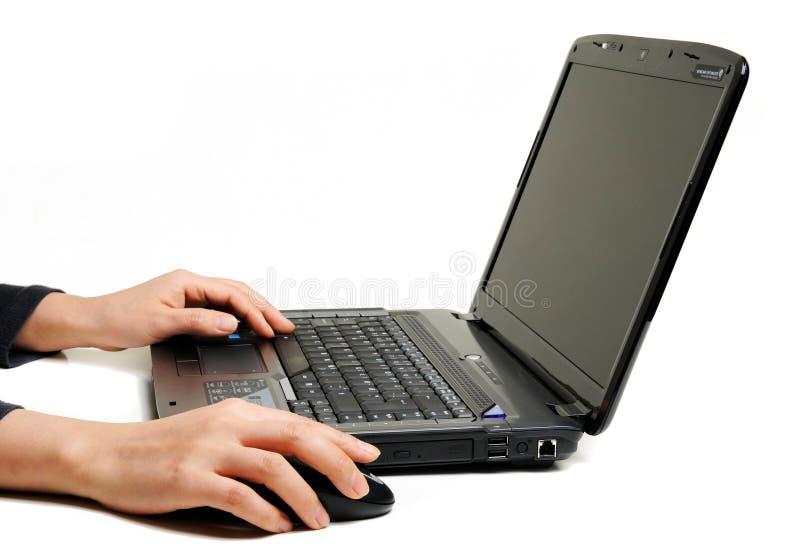 Weibliche Hände unter Verwendung des Laptops lizenzfreie stockbilder
