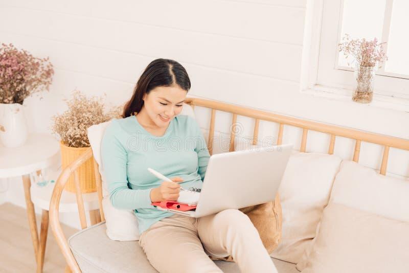 Weibliche H?nde des Frauenfreiberuflers mit Stiftschreiben auf Notizbuch zu Hause oder B?ro stockbilder