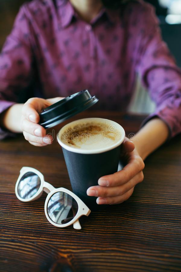 Weibliche H?nde, die einen Tasse Kaffee halten stockfotos