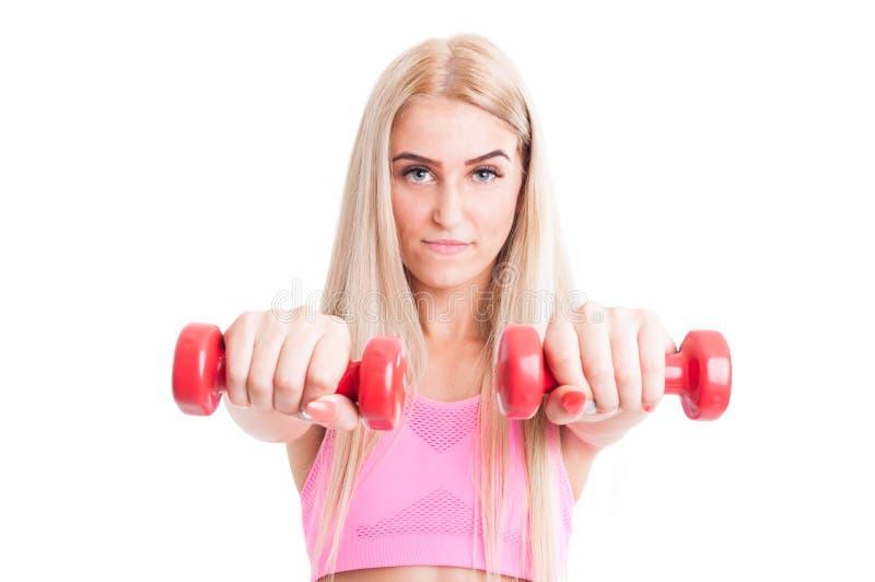 Weibliche haltene Gewichte oder Dummköpfe der schönen Eignung lizenzfreie stockbilder