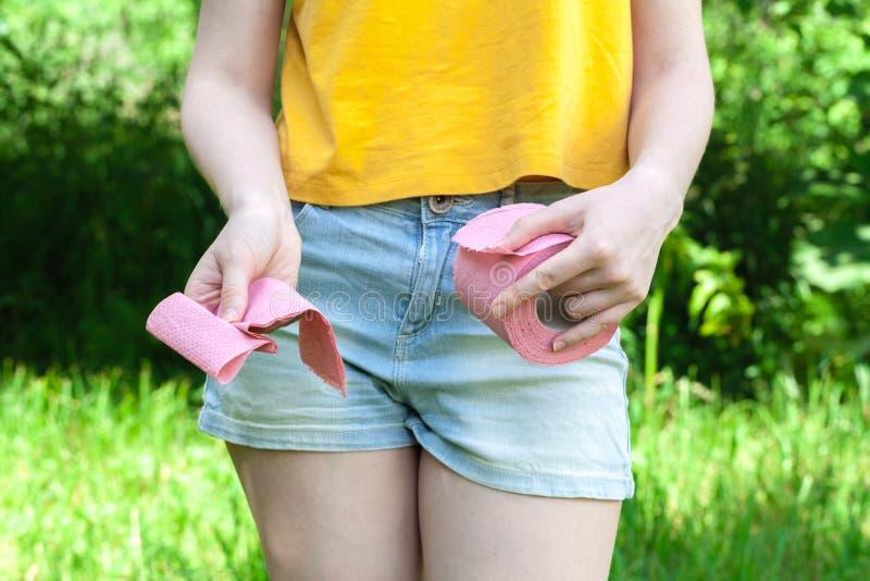 Weibliche haltene Papierrolle Medizinische Probleme, Inkontinenz, Gesundheitswesenkonzept stockfoto