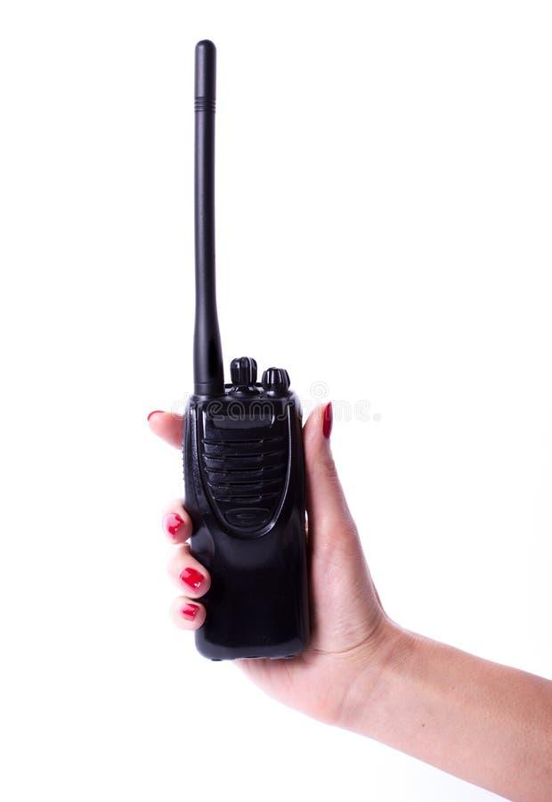 Weibliche Hand, die Übermittler des portablen Radios hält stockfoto