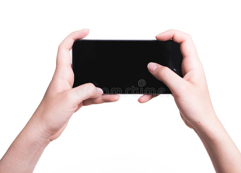 Weibliche Hand, die bewegliches blac des Smartphonespielspiel Gamer-freien Raumes hält stockfotos