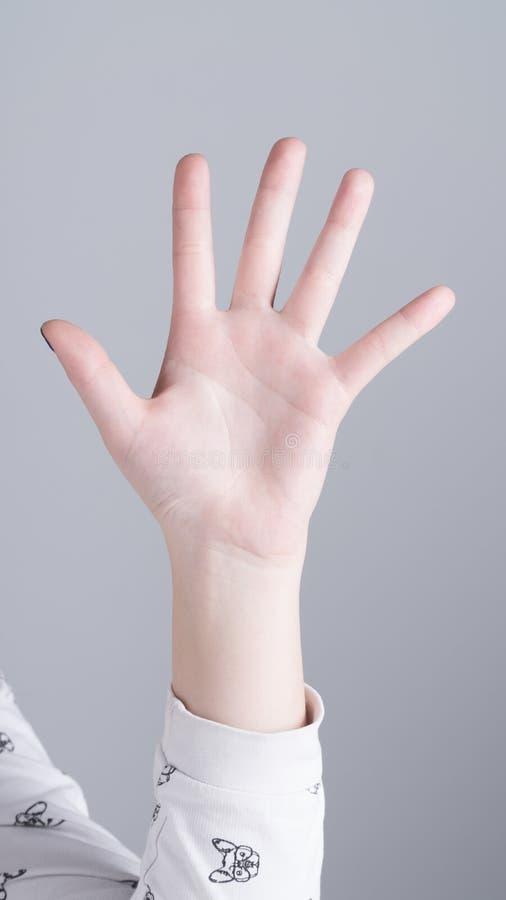 Weibliche Hand, die fünf Finger zeigt stockfotografie