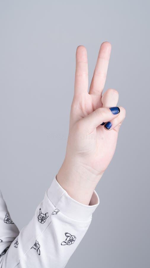 Weibliche Hand, die zwei Finger zeigt lizenzfreies stockfoto