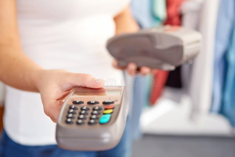 Weibliche Hand gibt Zahlungsanschluß lizenzfreies stockbild