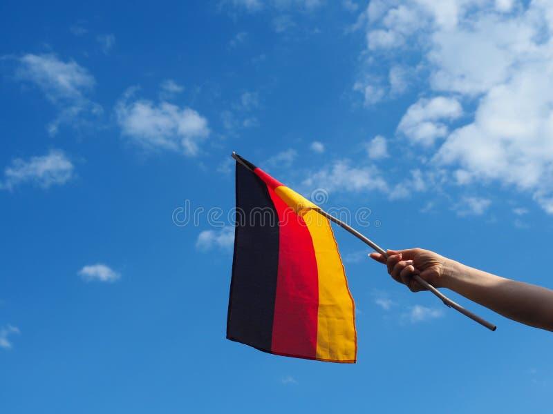 Weibliche Hand mit der deutschen Flagge lizenzfreie stockfotos