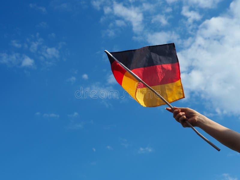 Weibliche Hand mit der deutschen Flagge lizenzfreie stockbilder