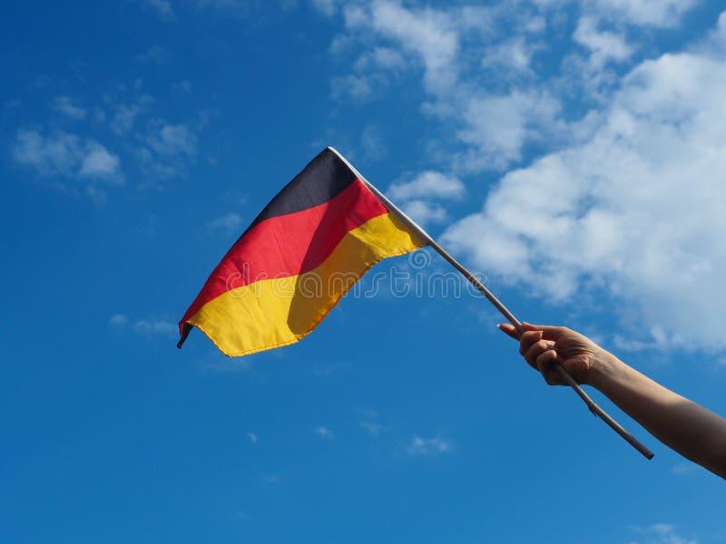 Weibliche Hand mit der deutschen Flagge lizenzfreie stockfotografie