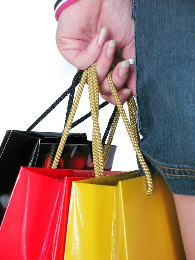 Weibliche Hand mit drei shoping stockfotos