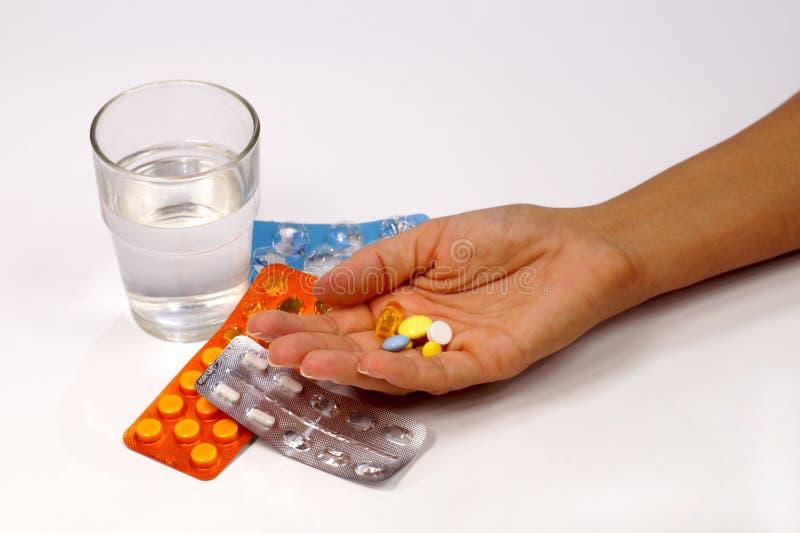 Weibliche Hand mit einer Dosis der Medikation auf dem Hintergrund von pac stockfotos