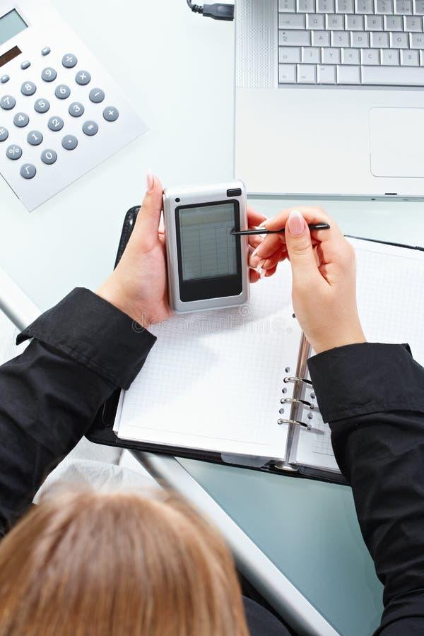 Weibliche Hand unter Verwendung PDA lizenzfreies stockfoto