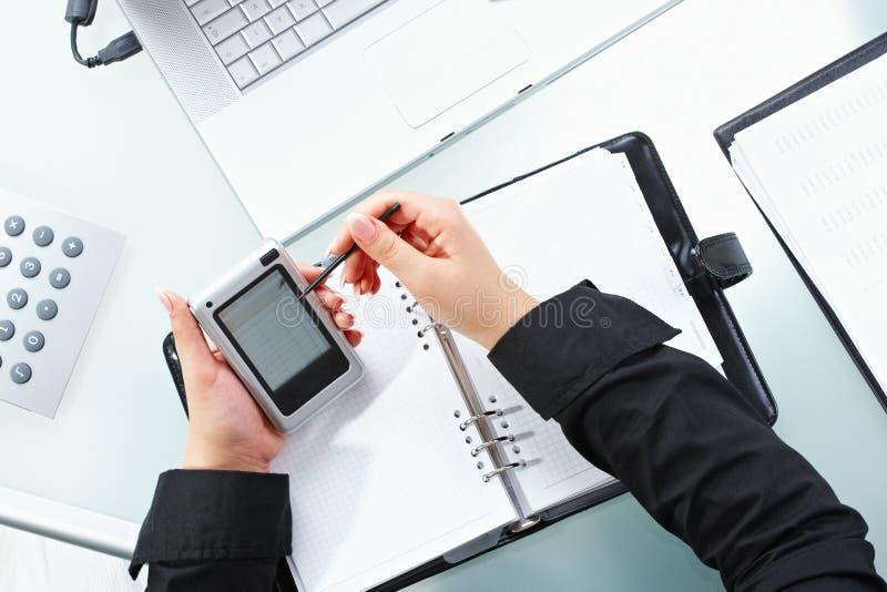 Weibliche Hand unter Verwendung PDA lizenzfreie stockfotografie