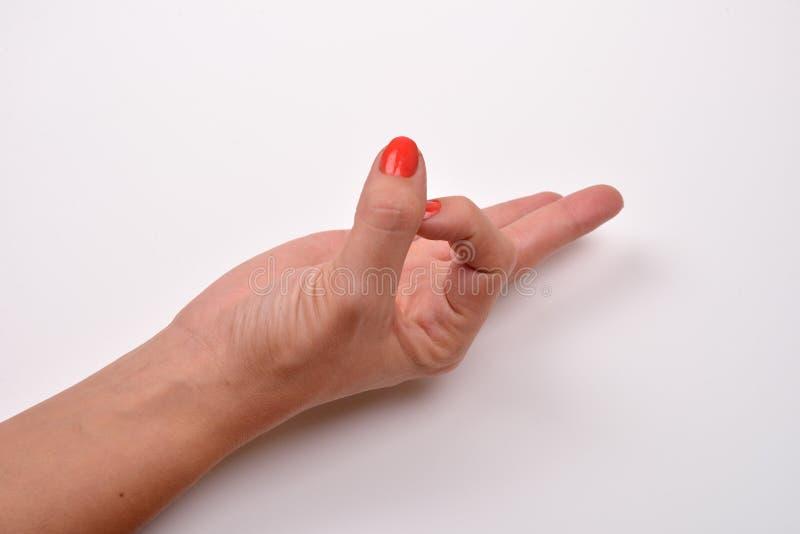 Weibliche Hand zeigt das OKAYzeichen, das auf weißem Hintergrund lokalisiert wird stockbild