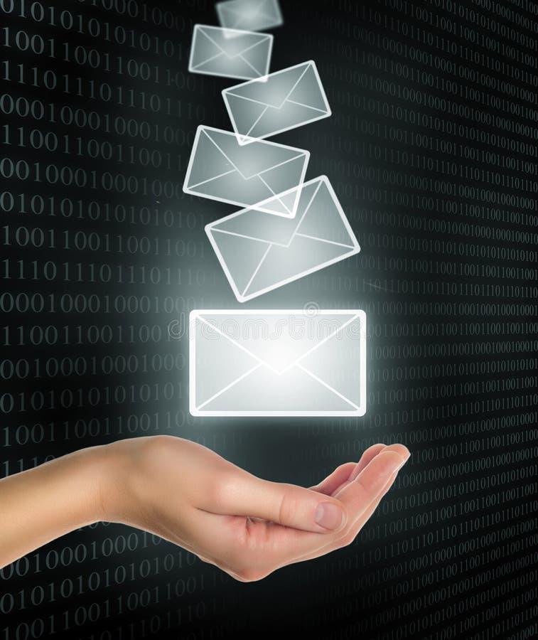 Weibliche Handholding oder Erhalten des eMail-Zeichens stockfotografie