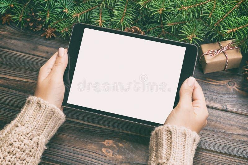 Weibliche Handholdingtablette, Perspektivenansicht Winterurlaubverkaufshintergrund Paare unter Verwendung der Kreditkarte E-Kaufe stockbilder