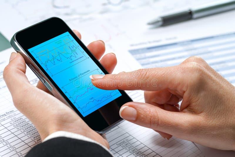 Weibliche Handrührende Grafik am intelligenten Telefon. stockfoto