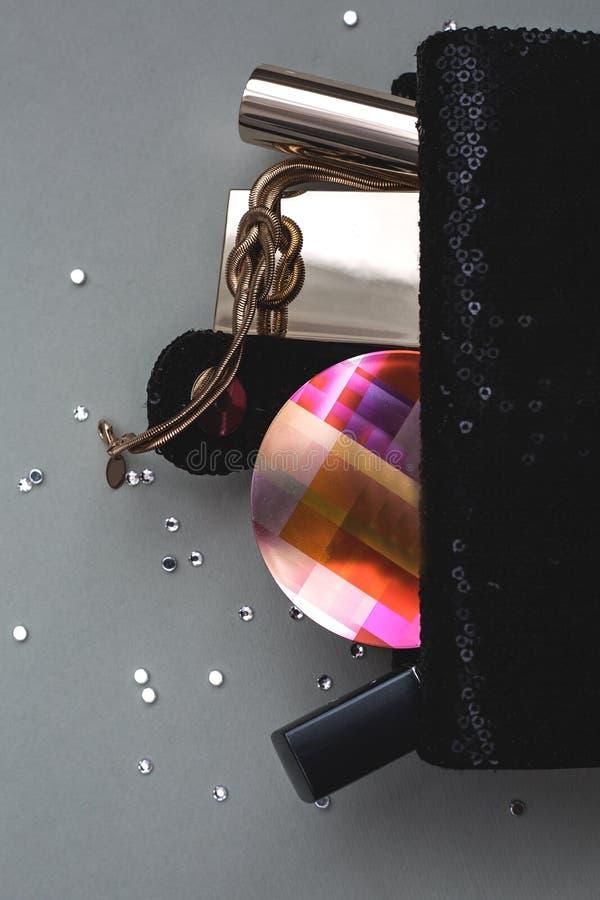 Weibliche Handtasche mit Kosmetik stockfotografie