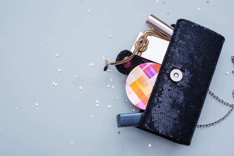 Weibliche Handtasche mit Kosmetik stockfotos