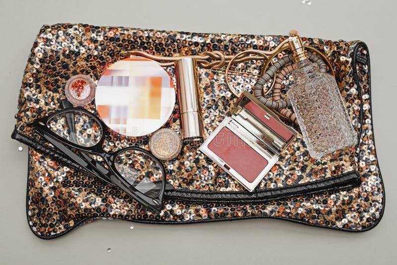 Weibliche Handtasche mit Kosmetik lizenzfreies stockbild