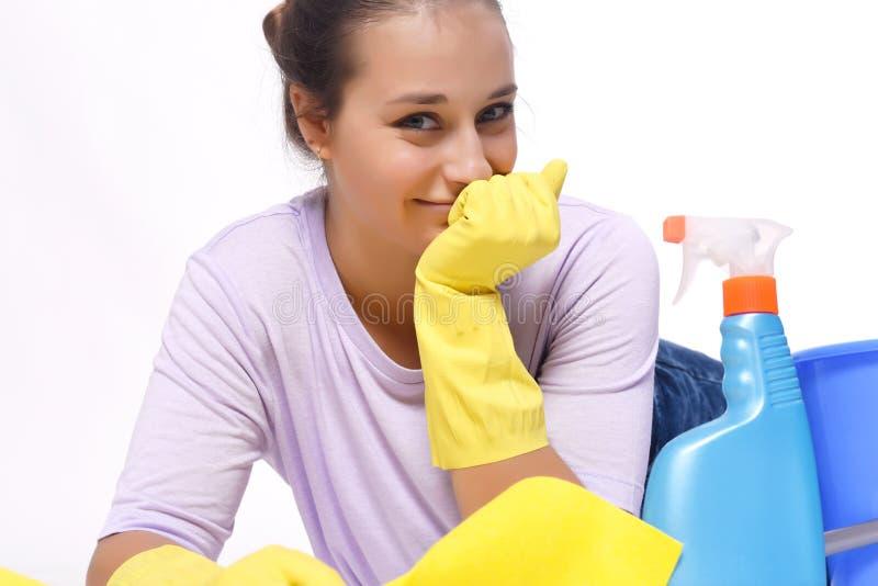 Weibliche Hausfrau des glücklichen Lächelns lokalisiert auf weißem Hintergrund lizenzfreie stockfotografie