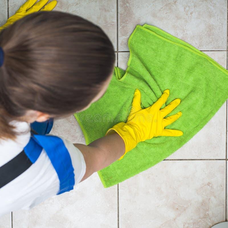 Weibliche Hausmeisterreinigungsböden lizenzfreie stockbilder