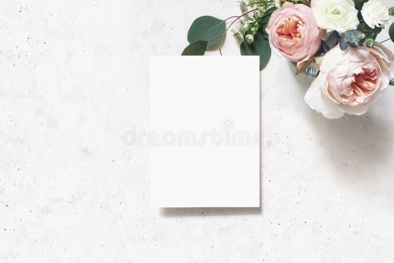 Weibliche Hochzeit, Geburtstagsmodellszene Gru?karte des leeren Papiers Blumenstrauß von erröten rosa englische Rosen, Ranunculus stockbilder