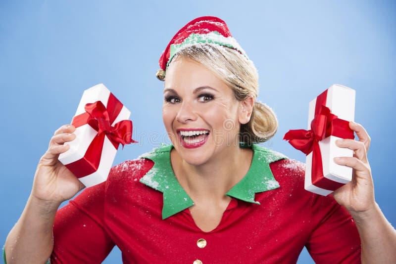 Weibliche Holdinggeschenke der blonden Elfe stockfotos