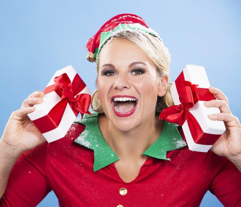 Weibliche Holdinggeschenke der blonden Elfe lizenzfreie stockbilder