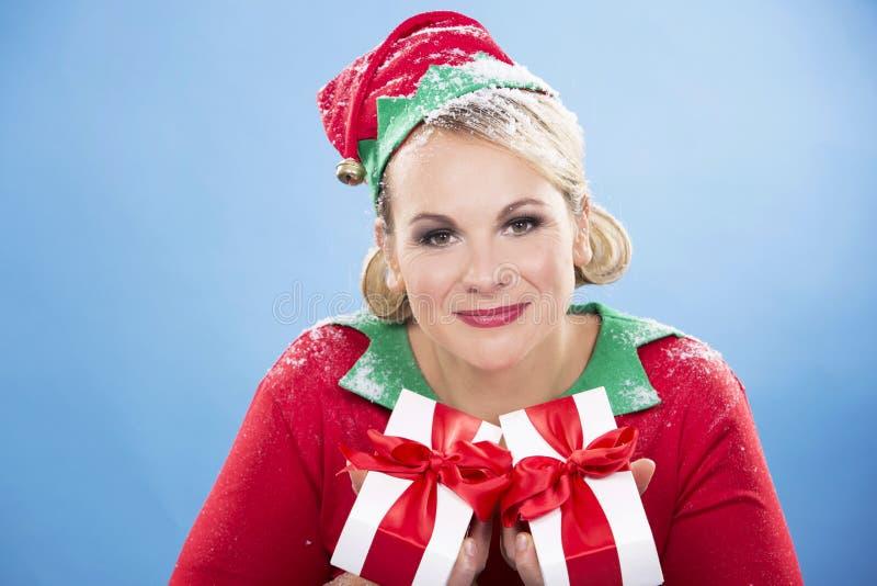 Weibliche Holdinggeschenke der blonden Elfe stockfotografie