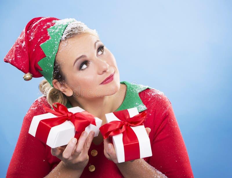 Weibliche Holdinggeschenke der blonden Elfe lizenzfreies stockfoto