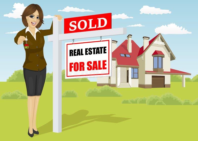 Weibliche Immobilienagentur, die nahe bei verkauft für Verkaufszeichen vor klassischem Häuschen steht lizenzfreie abbildung
