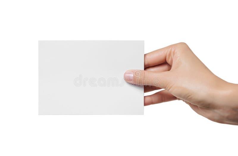 Weibliche jugendlich Hand, welche die leere Visitenkarte, lokalisiert auf Weiß hält lizenzfreies stockfoto