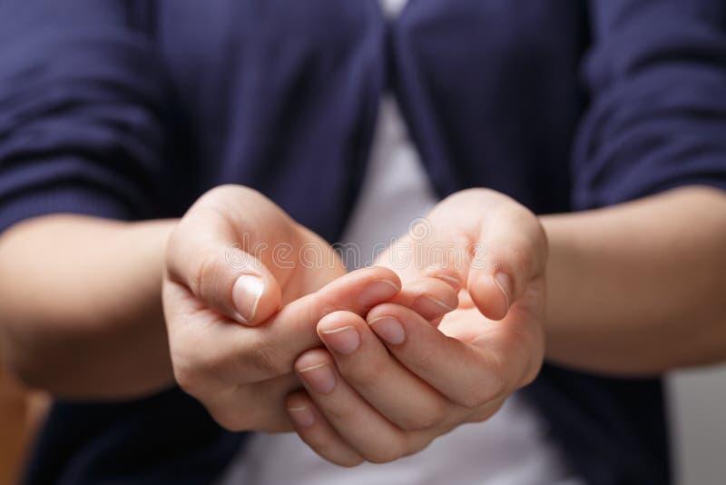Weibliche jugendlich schalenförmige Hände, die etwas zeigen stockfotografie