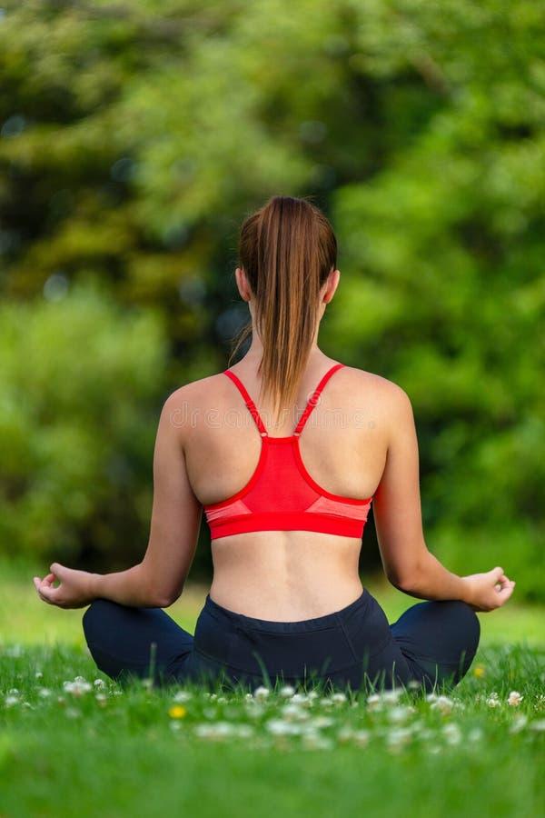 Weibliche Junge passten gesundes Frauen-oder Mädchen-übendes Yoga draußen lizenzfreie stockfotos