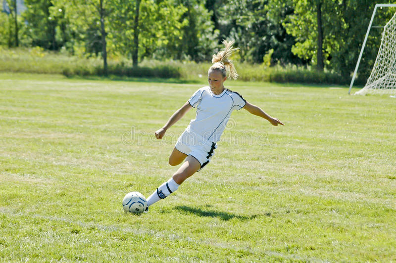 Weibliche Juniorhochschulfußball-Tätigkeit lizenzfreie stockfotos