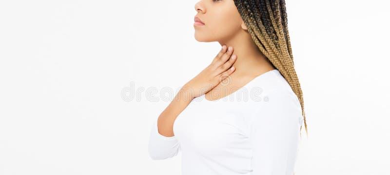 Weibliche Kehlschmerz Nahaufnahme der kranken Schönheit mit den Halsschmerzen, die, leiden unter dem schmerzlichen Schlucken schl stockbilder