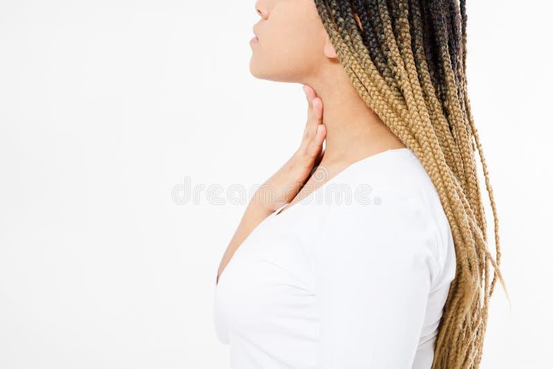 Weibliche Kehlschmerz Nahaufnahme der kranken schwarzen Frau mit den Halsschmerzen, die, leiden unter dem schmerzlichen Schlucken stockbild