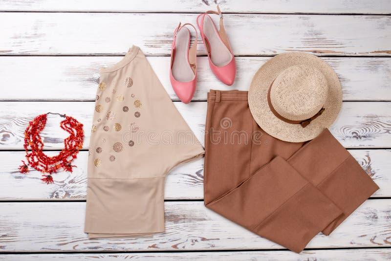Weibliche klassische Kleidung der flachen Lage stockfoto